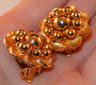 VINTAGE GOLDTONE FLOWER GOLD BALLS SMALL COSTUME JEWELRY CLIP EARRINGS