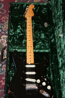 CUSTOM SHOP 2008 RELIC DAVID GILMOUR STRATOCASTER W SIGNED BOOK MINT
