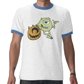 Disney Monsters Inc. Mike que se coloca al lado de Tee Shirts de