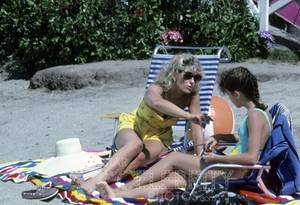 Who's The Boss Photo 371 Judith Light Alyssa Milano Sexy Swimsuit Relaxing Beach |