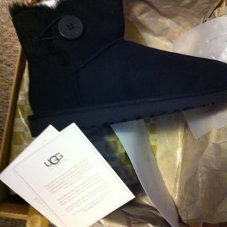 UGG Womens Mini Bailey Button Black Brand New in Box Size 7