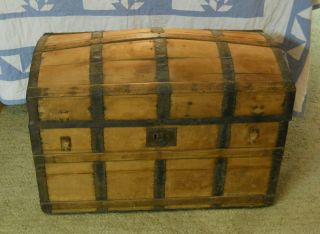 hump back storage chest / trunk/movable wheels /Pickup St. Charles IL